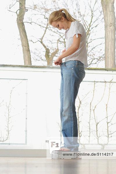 Frau trägt große Jeans im Maßstab