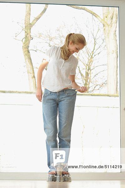 Waage - Messgerät  Frau  Jeans  groß  großes  großer  große  großen  Kleidung