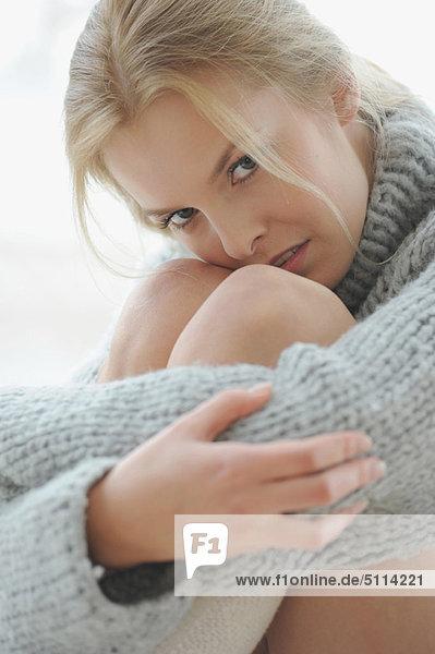 Frau  umarmen  Pullover  Menschliches Knie  Menschliche Knie  dicht