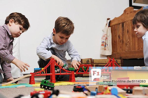 Kinder spielen gemeinsam mit Spielzeug