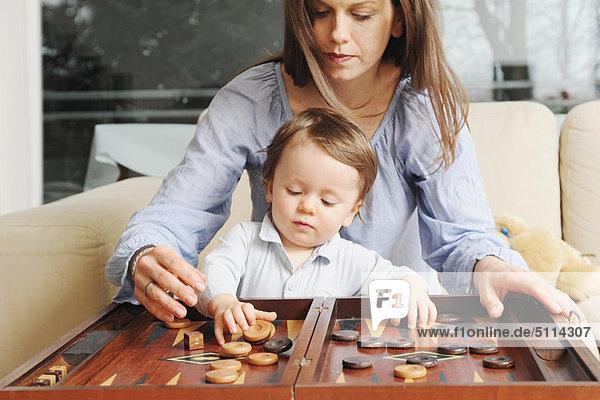 Mutter und Sohn spielen Backgammon
