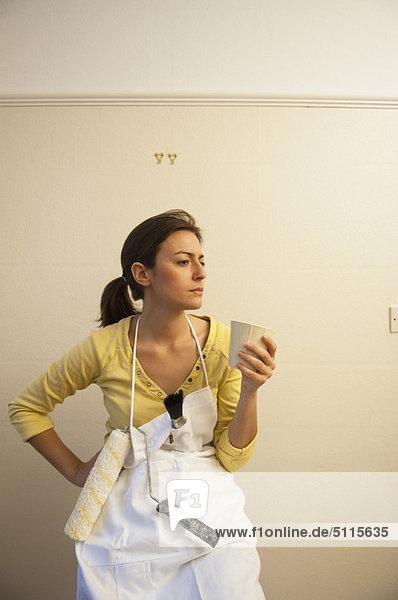 Frau  schmücken  trinken  Kaffee