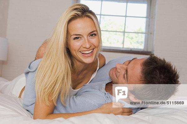 umarmen  lächeln  Bett