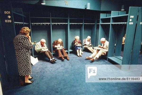 Sechs ältere Menschen Fach Mittagessen