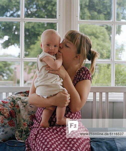 Frau küssen Baby