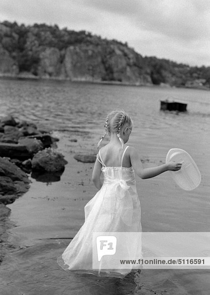 junge Mädchen zu Fuß im flachen Wasser
