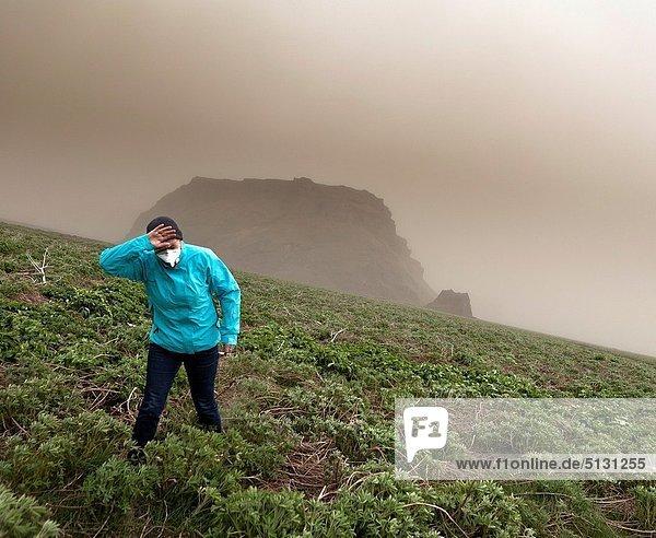 hoch  oben  Frau  besprühen  über  Vulkanausbruch  Ausbruch  Eruption  Vulkan  Anfang  rauchen  rauchend  raucht  qualm  qualmend  qualmt  20  Asche  Basalt  Island  Mai