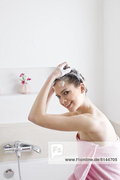 Frau Haare waschen