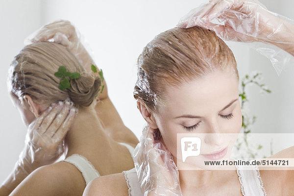 woman dye hair