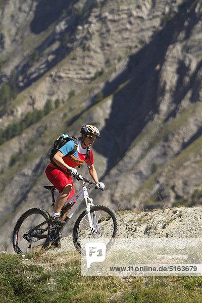 Italien  Livigno  Ansicht der Frau auf dem Mountainbike in der Nähe des Berges