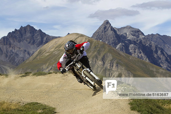Italien,  Livigno,  Blick auf den Mann beim Freeriden Mountainbike Downhill
