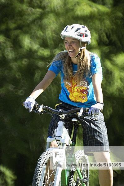 Italien  Livigno  Blick auf die Frau auf dem Mountainbike