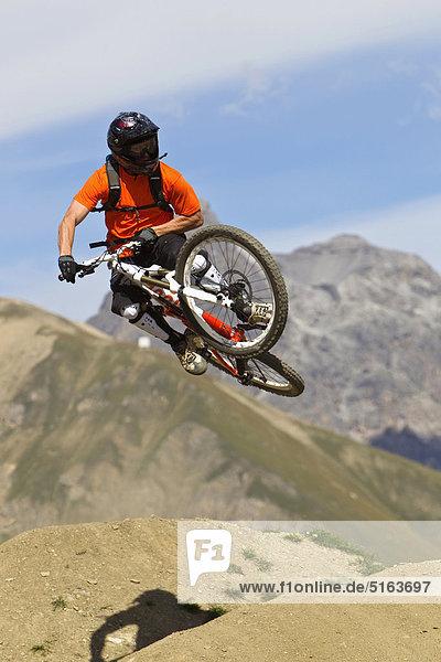 Italien  Livigno  Blick auf den Mann beim Springen mit dem Mountainbike