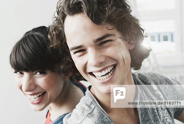 Deutschland  Köln  Nahaufnahme eines glücklichen jungen Paares in einer renovierten Wohnung