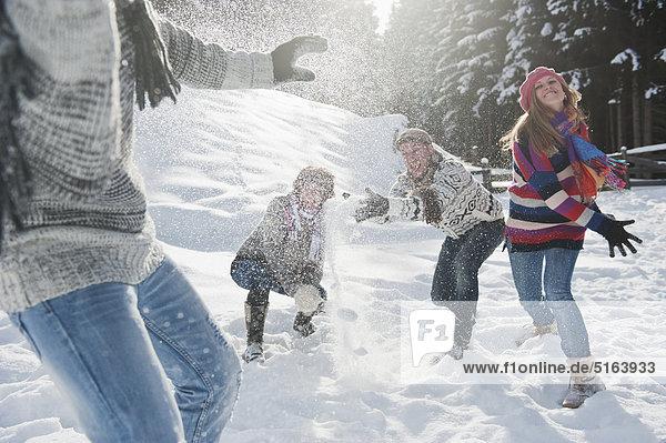 Österreich  Salzburger Land  Flachau  Jugendliche Schneekämpfe im Schnee