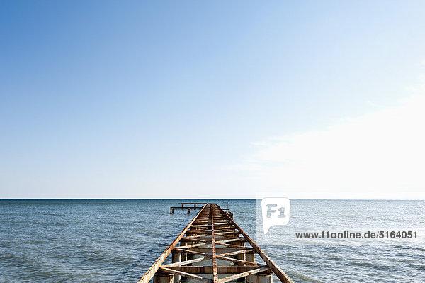 Türkei  Belek  Blick auf den rostigen Bootssteg am Meer
