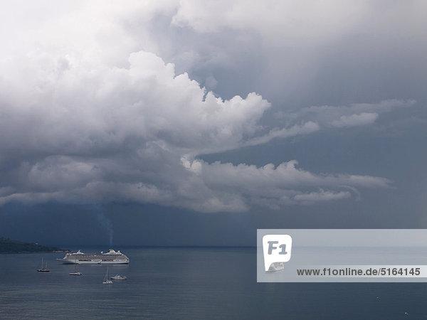 Süditalien  Amalfiküste  Piano di Sorrento  Blick auf Sturmwolken und Cruiseliner auf See