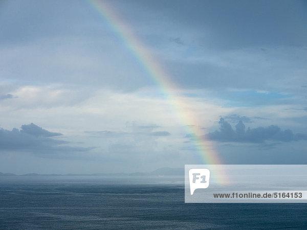 Süditalien  Amalfiküste  Piano di Sorrento  Blick auf schönen Regenbogen im Meer bei Sonnenaufgang