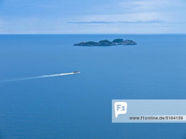 Italien  Amalfiküste  Positano  Blick auf das Boot nahe der Insel im Mittelmeer