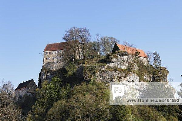 Deutschland  Bayern  Franken  Oberfranken  Fränkische Schweiz  Pottenstein  Blick auf die Burg auf dem Berggipfel