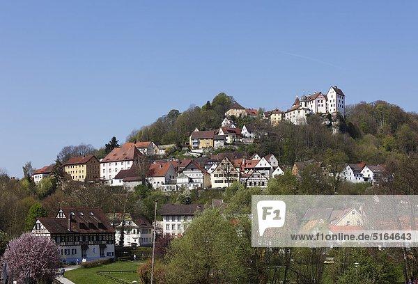 Deutschland  Bayern  Franken  Oberfranken  Fränkische Schweiz  Egloffstein  Blick auf Häuser am Berg