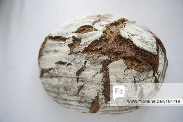 Nahaufnahme von Brotlaib auf weißem Grund