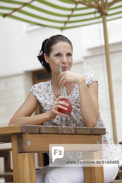 Junge Frau trinkt Limo