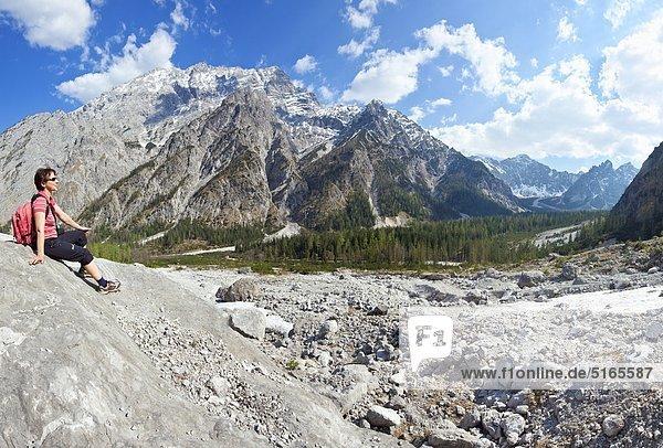 Frau rastet im Wimbachtal  Berchtesgadener Alpen  Deutschland