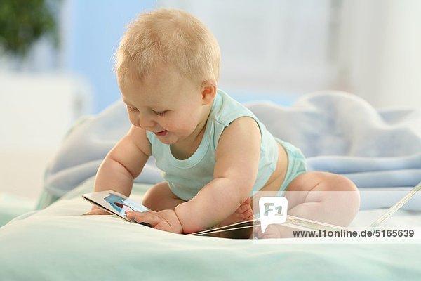 Baby mit einem Bilderbuch Baby mit einem Bilderbuch