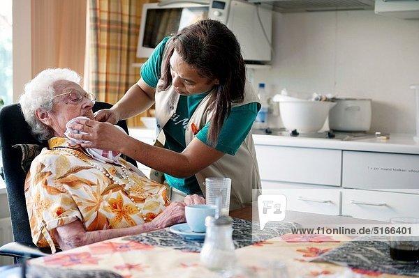 Wohnhaus Senior Senioren Sorge Tisch Frühstück