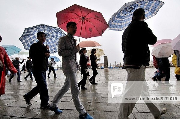 Mensch  Tag  Menschen  Regenschirm  Schirm  Regen  Venetien  Italien  Riva degli Schiavoni  Venedig