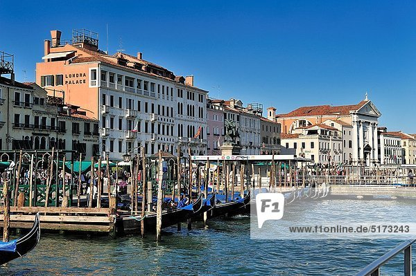 Hotel  frontal  Palast  Schloß  Schlösser  Kai  Gondel  Gondola  Italien  Venedig