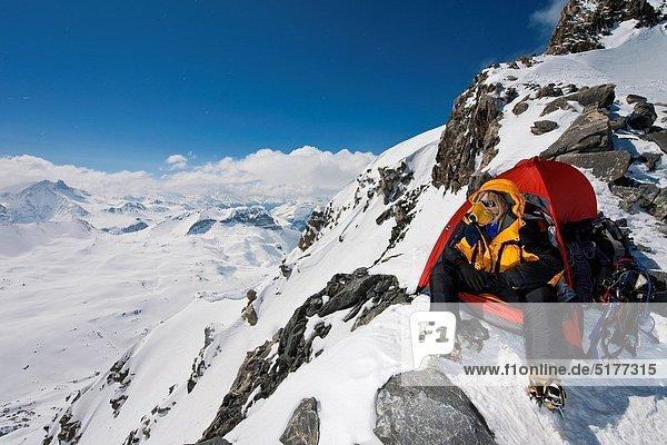 Bergsteiger  hoch  oben  sitzend  Berg  über  Schnee  Zelt  Sauerstoffmaske  Maske