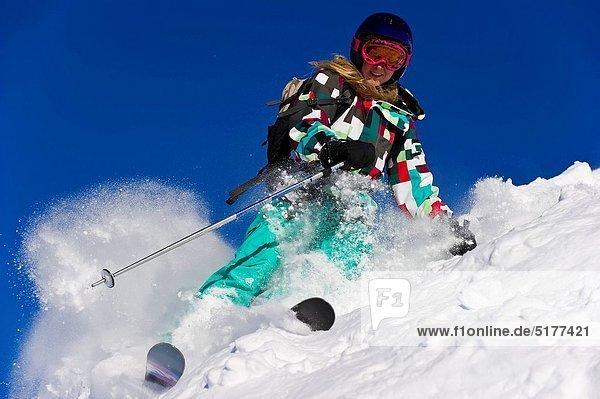 Ski  Skifahrer  Frische  lächeln  Pulverschnee  Gesichtspuder  Schnee