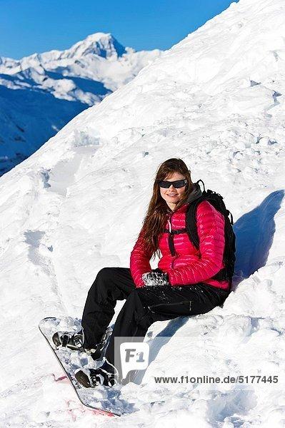 Snowboardfahrer  sitzend  Frische  Pulverschnee  Gesichtspuder  Schnee