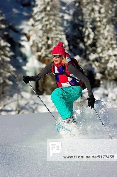 Frau  rennen  Schuh  Pulverschnee  Gesichtspuder  tief  Schnee