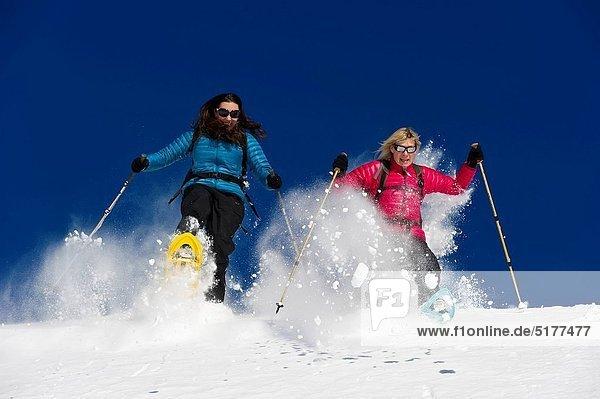 Freundschaft  Frische  rennen  Pulverschnee  Gesichtspuder  2  tief  Schnee  Schneeschuhlaufen