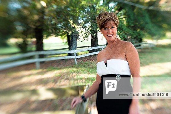 Portrait  Frau  sehen  Tischset  Abend  Blick in die Kamera  blond  Kleid  alt  Jahr