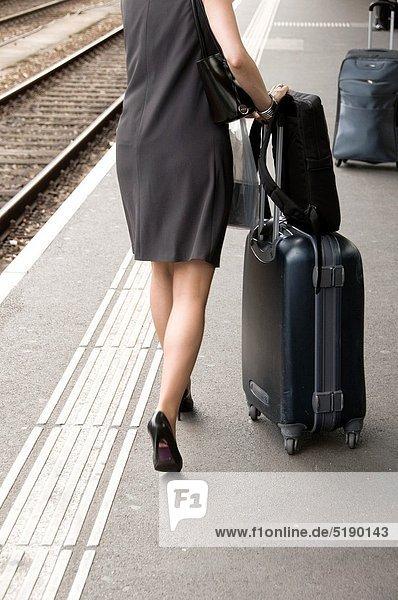 Frau  Reise  Tasche  Pumps  Koffer  Kleid  Genf  Schweiz