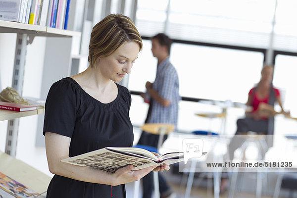 Frau , Buch , Bibliotheksgebäude , Taschenbuch , vorlesen