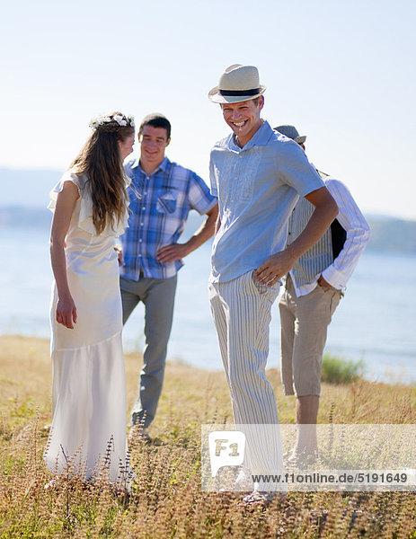 Freundschaft  lachen  Braut  Bräutigam