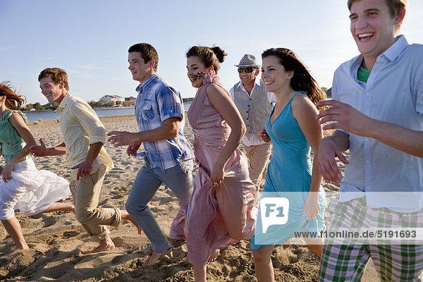 Zusammenhalt  Mensch  Menschen  Strand  rennen