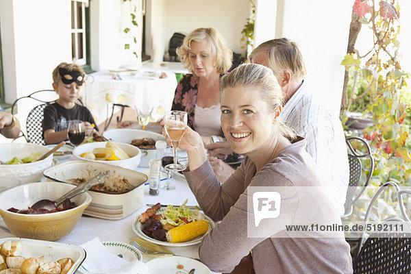 Familienessen am Tisch im Freien