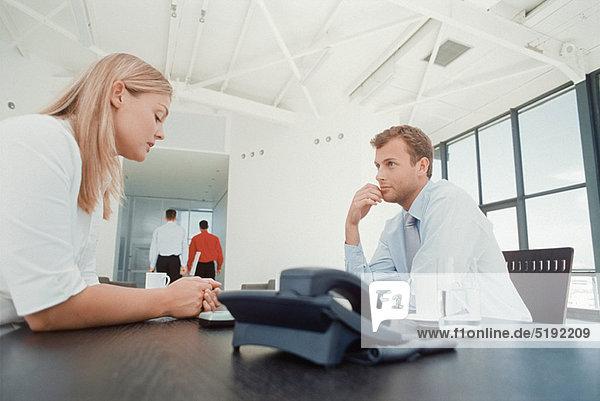 Schreibtisch  sprechen  Mensch  Menschen  Business