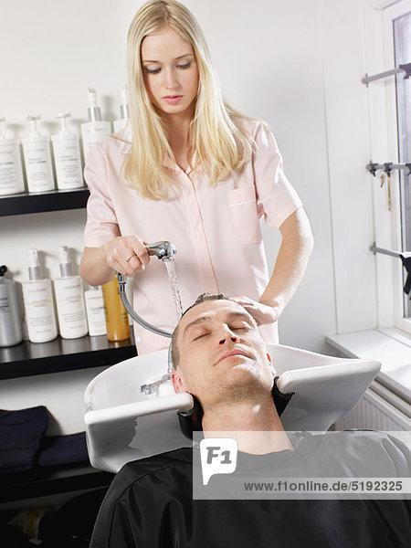 Friseur waschen Männerhaar