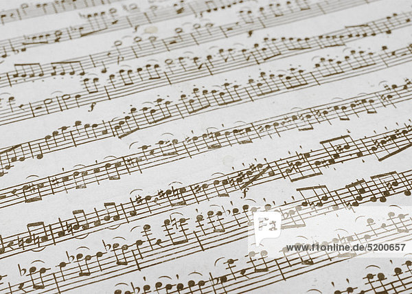 Altes Notenblatt mit gedruckten Musiknoten