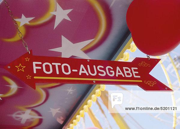 Schild Foto-Ausgabe auf Rummelplatz