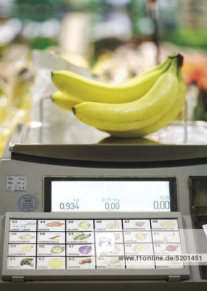 Bananen auf Waage in Supermarkt