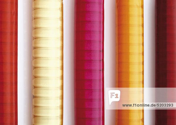 Farbig verpackte Rollen mit Traubenzuckertabletten