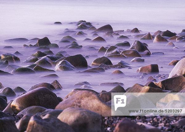 Große Steine am Strand  Rügen  Deutschland
